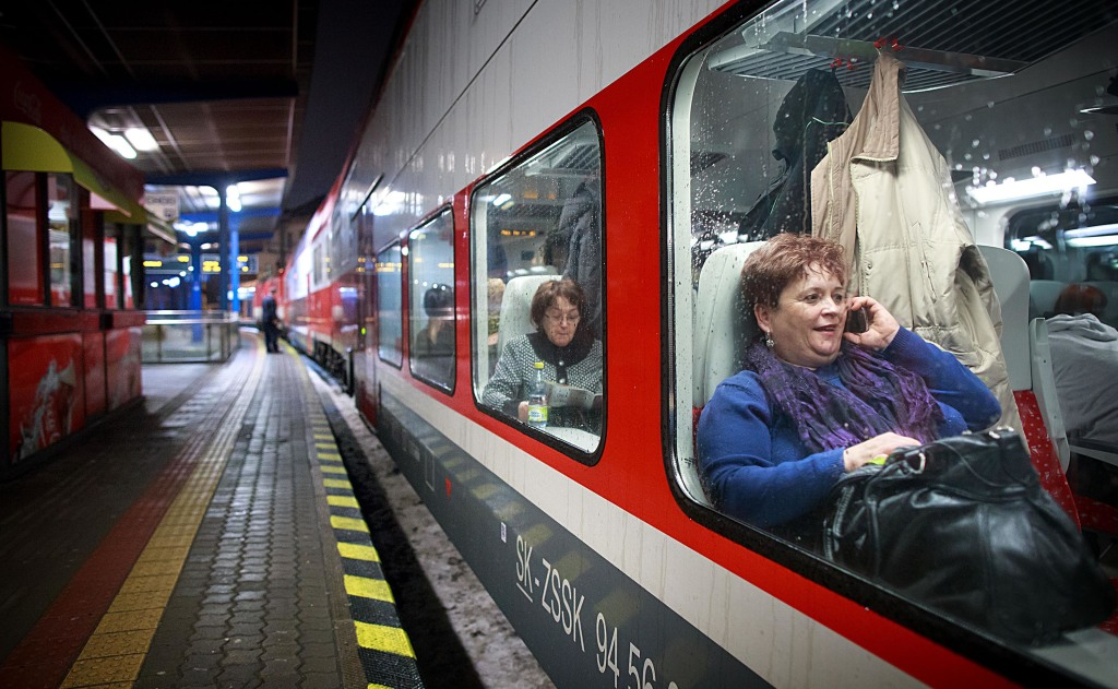 S mobilnými telefónmi cesta ubehne rýchlejšie. foto N - Tomáš Benedikovič