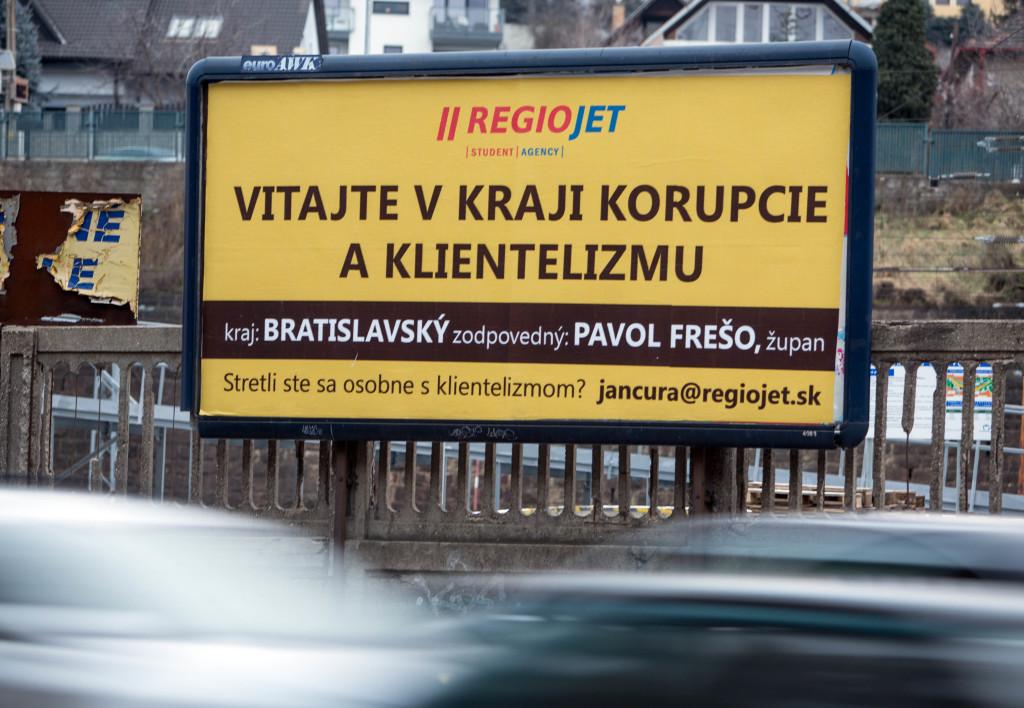 Na korupciu a klientelizmus upozorňuje RegioJet bilbordami. Foto N- Tomáš Benedikovič