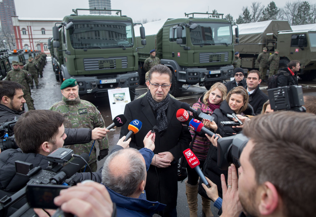 Sú to vozidlá pre modernú armádu, hovorí o Aktisoch minister obrany. Foto N - T. Benedikovič