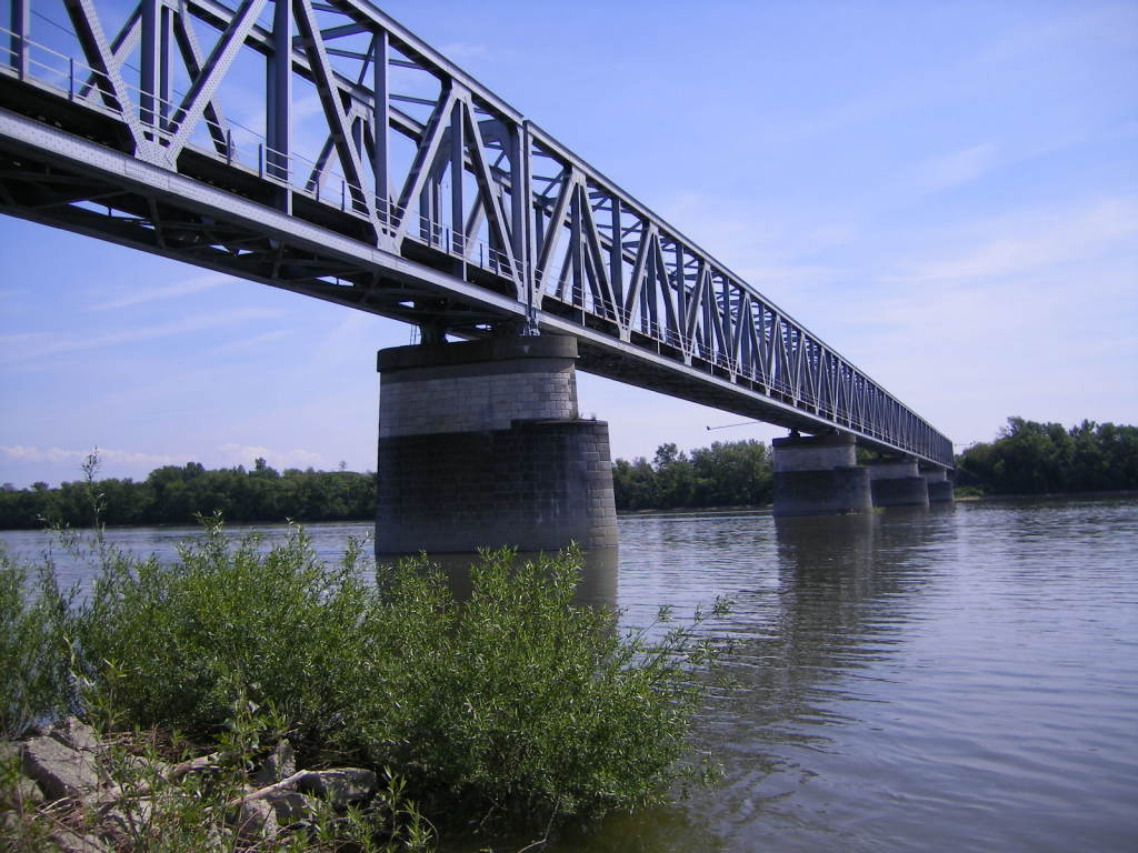 Železničný most.Obnovený v roku 1955. Dĺžka 490 metrov. Maximálne rozpätie 101,8 metrov. Foto - wikipedia