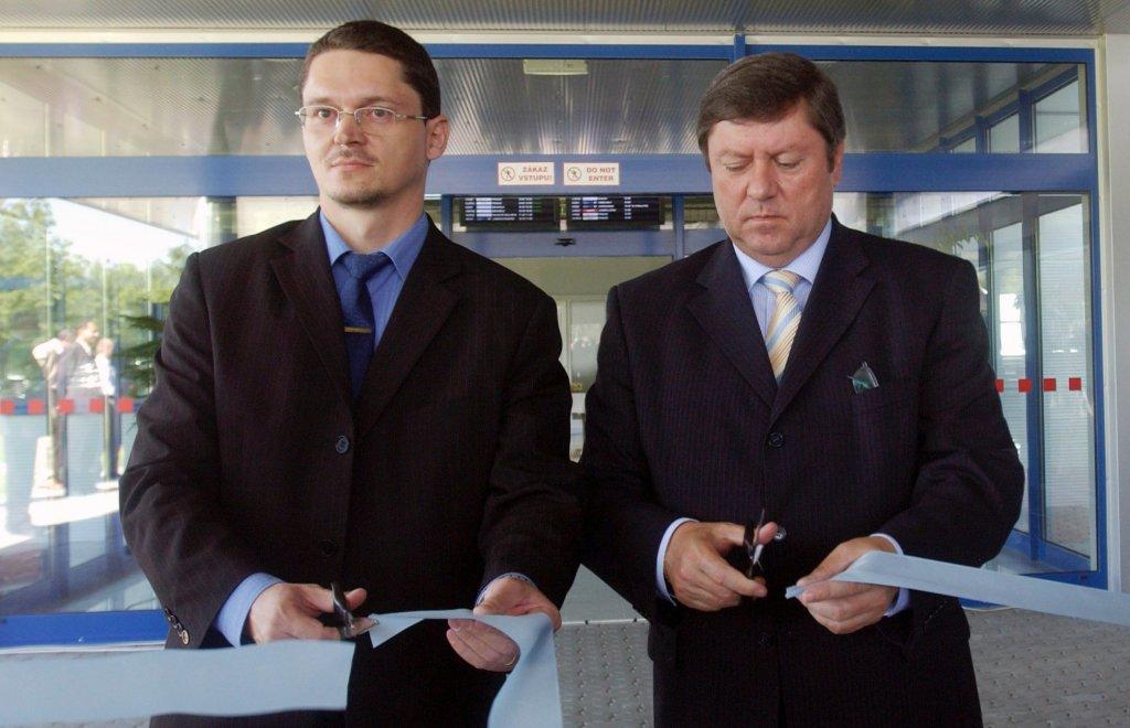 Vtedajší minister dopravy Pavol Prokopovič (vpravo) v roku 2006 s vtedajším manažérom letiska Milanom Kajanom. Foto - archív TASR