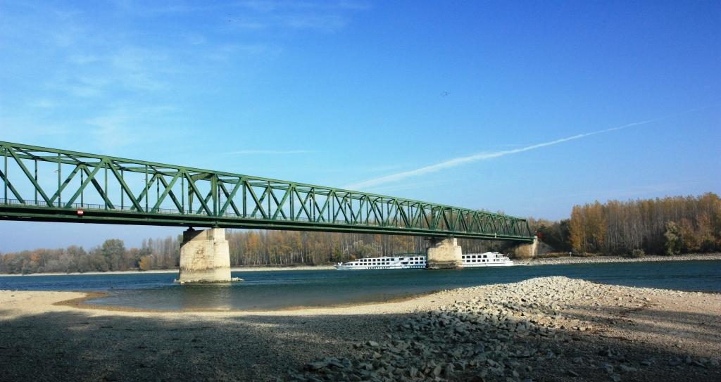 Medveďov.Obnovený v roku 1973. Dĺžka mosta 363 metrov. Maximálne rozpätie 133 metrov. Foto - P. Paulík