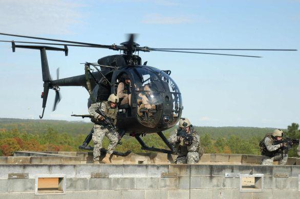 MD Helicopters MH-6 Little Bird. Prepravná kapacita: 6 vojakov, 684 kg. Dolet: 430 km. Maximálna rýchlosť: 282 km/h