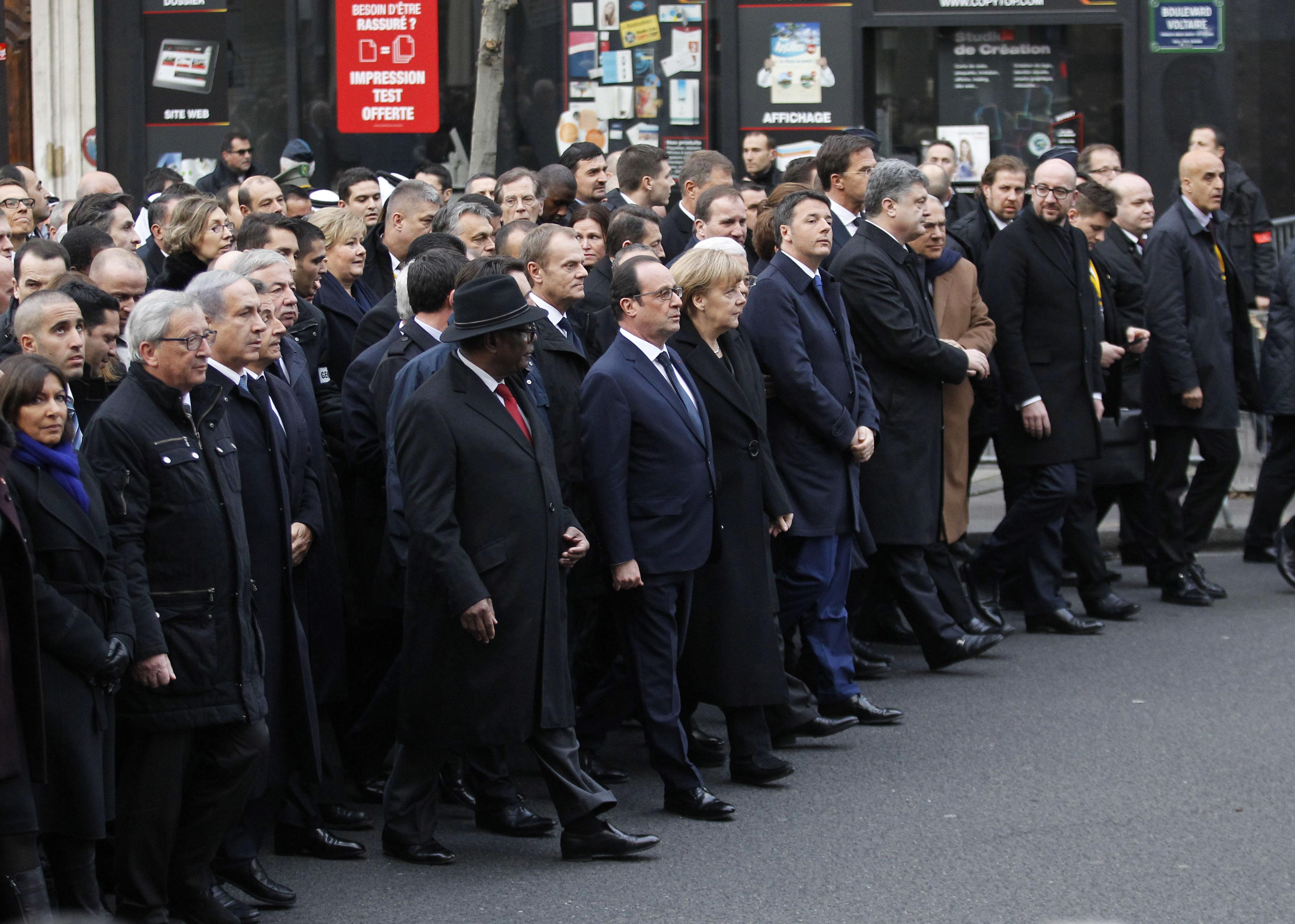 Politici kráčali jednotne na čele sprievodu. FOTO - ČTK