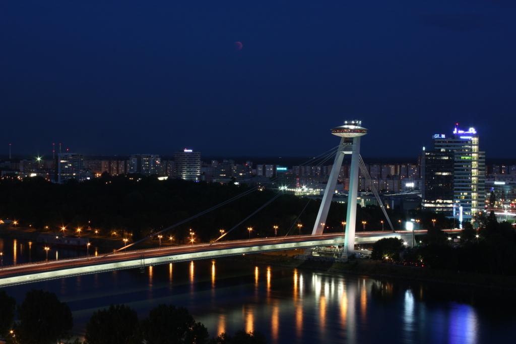 Most SNP. Dokončený v roku 1972. Dĺžka 431, 8 metra. Rozpätie 303 metrov. Foto - P. Paulík