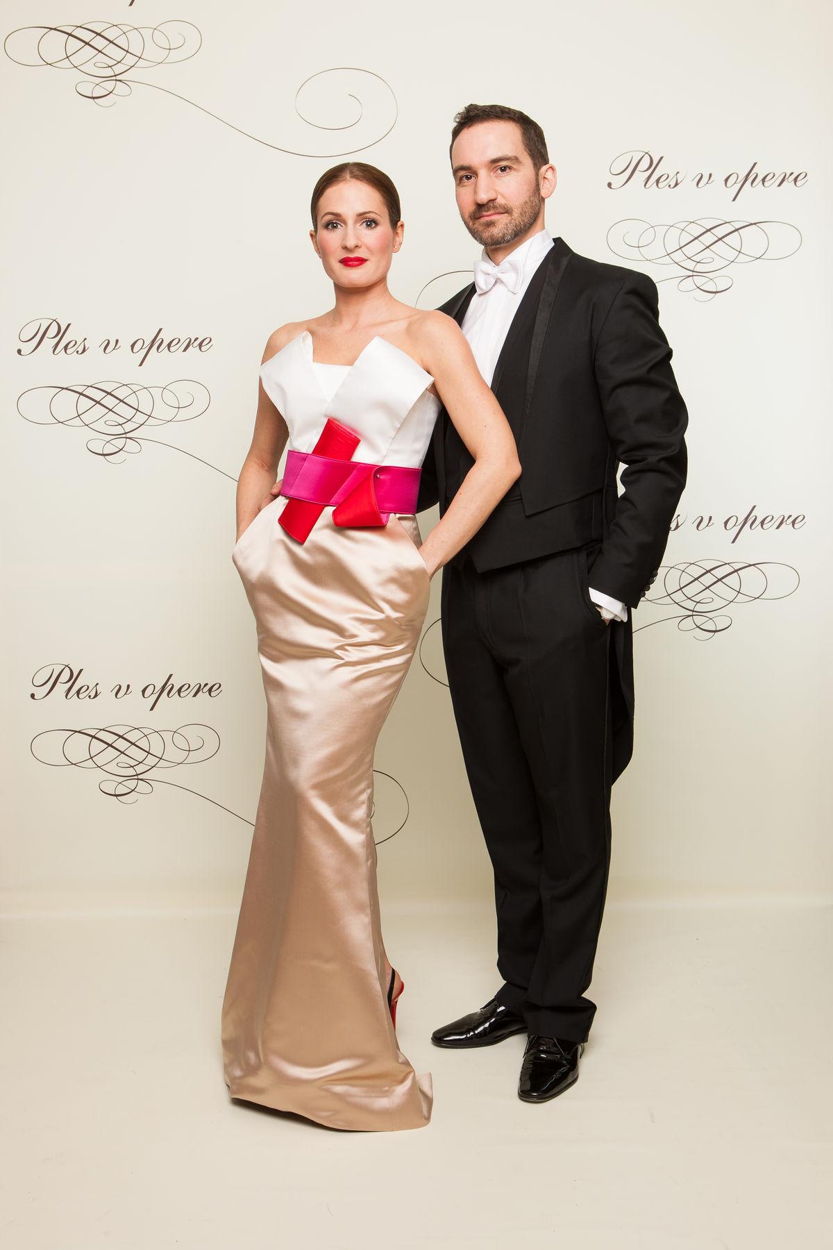 Podnikateľ Tomáš Stern s manželkou Dianou v šatách od Marcela Holubca. Foto - Orange.