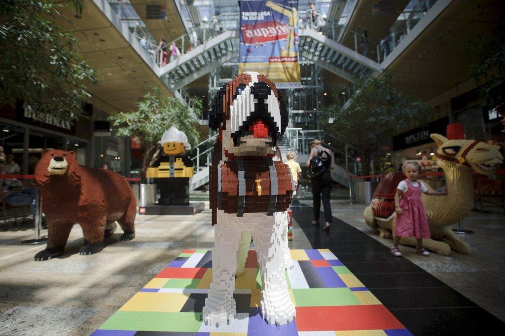 Aupark v Bratislave hostil aj výstavu postavičiek vytvorených z kociek LEGO. Foto - TASR