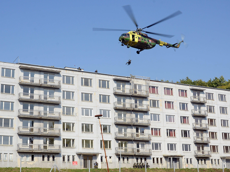 V stredisku v Lešť môžu vojaci nacvičovať rôzne situácie. V roku 2013 sa tam však odohrala aj tragédia. Posádka vrtuľníku sa dostala do problémov a odrezala vojaka, ktorý zrovna nacvičoval zlaňovanie. Pád neprežil. Foto - TASR