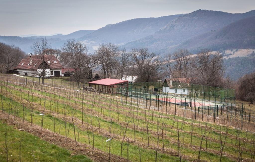 Sady a chalupa v Dolnej Porube. Foto N - Tomáš Benedikovič