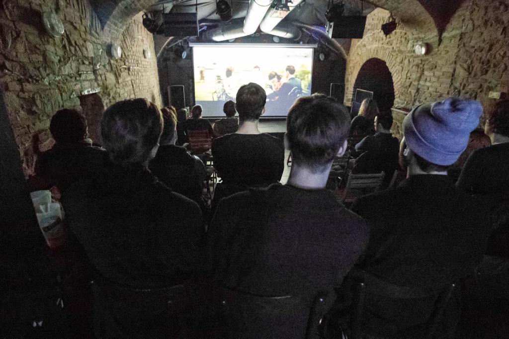 Homosexuálom v podniku Refresh premietajú film o mladom gayovi - návrhárovi. Foto N - Matej Dugovič