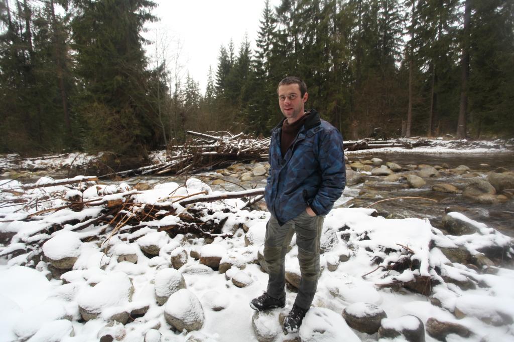 Erik Baláž na brehu tatranskej rieky Belá pri stopovaní vlčej svorky. Foto N - Martina Pažitková