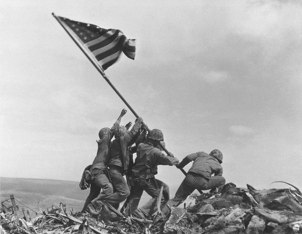 archívna snímka rok 1945 japonský ostrov Iwo Jima hora Mt. Suribaèi druhá svetová vojna bitka americkí námorníci vlajka vztýèenie vojnová fotografia Associated Press Joe Rosenthal americký seržant rodák Slovák slovenský pôvod Michael Strank história