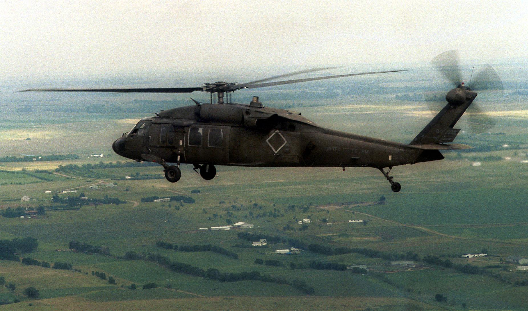 Američania predvedú štyri vrtuľníky UH-60 Black Hawk. Foto - TASR