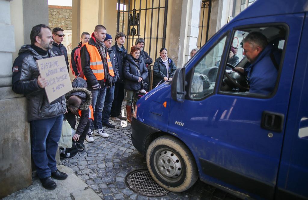 Aktuálne - protestujúci proti výstavbe garáží na Hrade zablokovali vjazd pre autá. Foto N - Tomáš Benedikovič