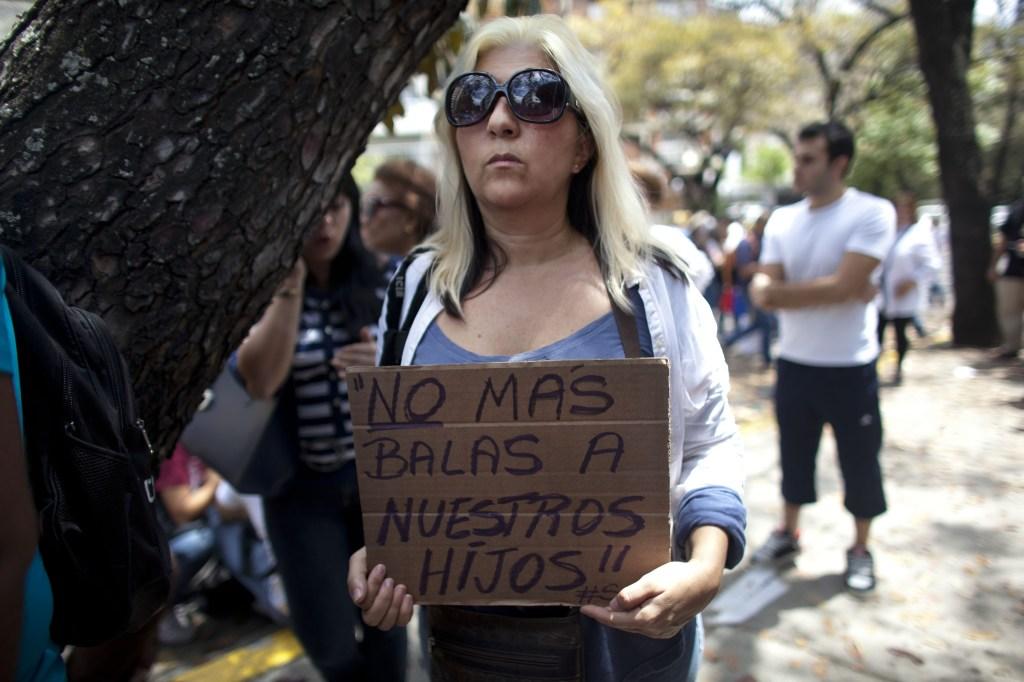 V Caracase protestujú proti vláde v uliciach demonštranti. Foto - AP