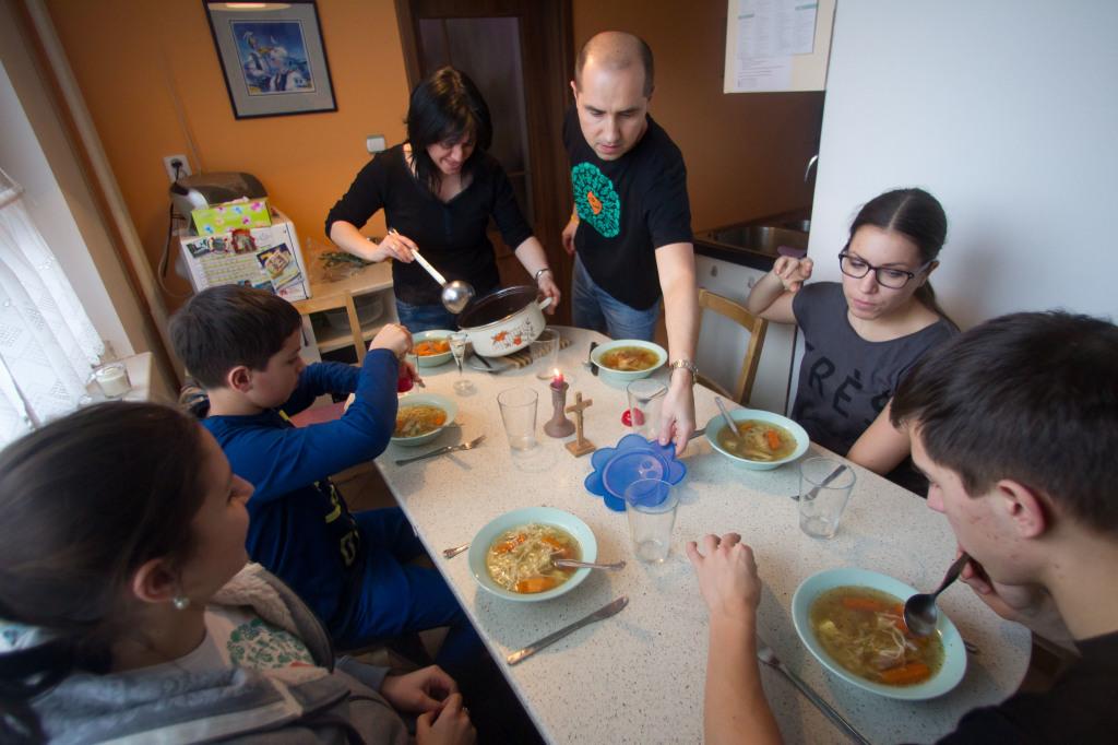 Baginovci pri nedeľnom obede. Foto N -Vladimír Šimíček