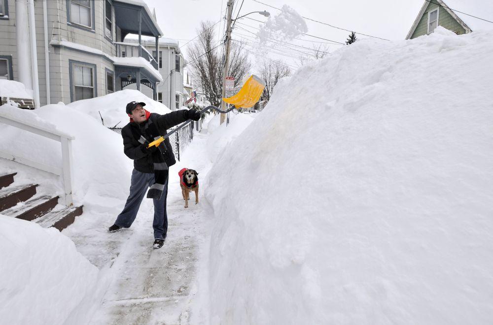 V Bratislave sa sneh už roztopil, v americkom Bostone však majú stále aj metrové záveje. Foto - TASR/AP