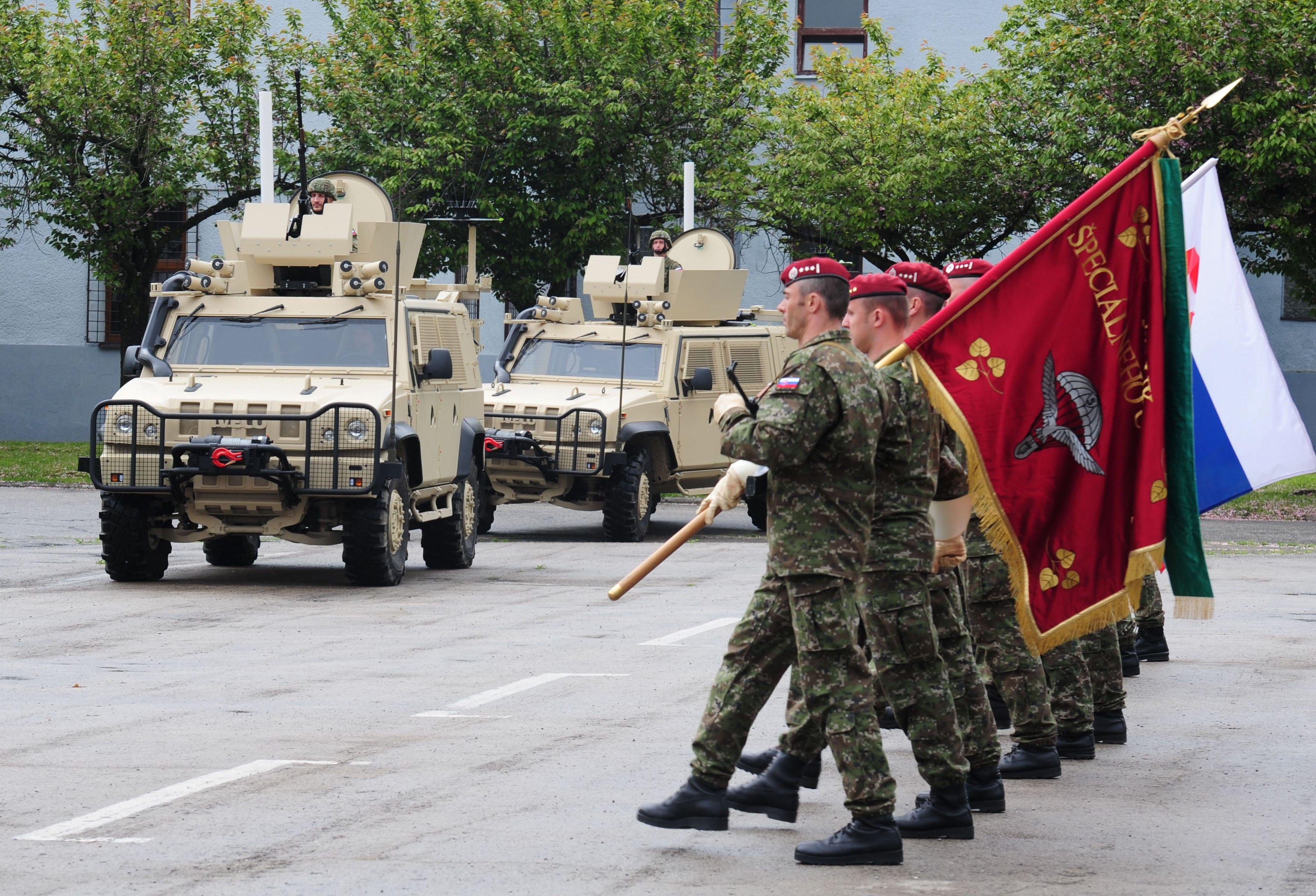 Za slovenskú armádu sa cvičenia zúčastní 5. pluk špeciálneho určenia, ktorý má vo výzbroji napríklad talianske obrnené vozidlá Iveco. Foto - TASR