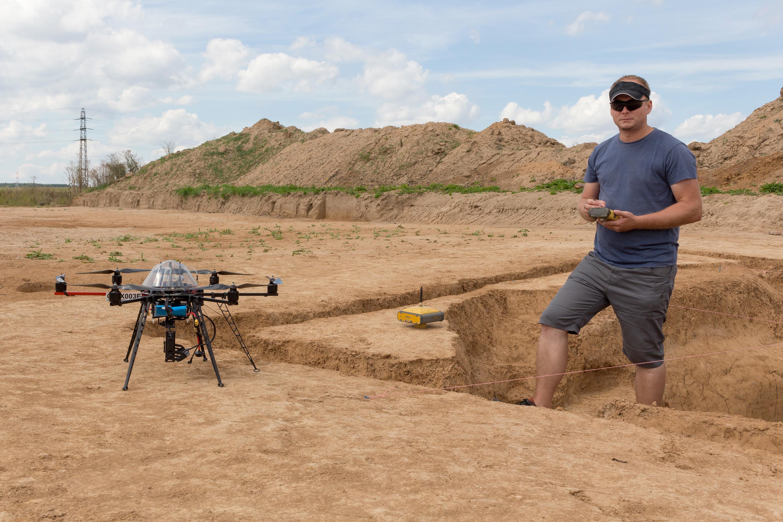 Jakub Karas so svojím dronom okrem iného pomáhal archeológom zachytiť terénne profily pri Hradci Králové. Foto - UpVision