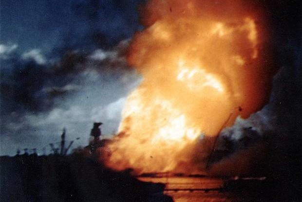 Arizona po japonskom útoku. Foto - U.S. Navy Photograph/National Archives collection