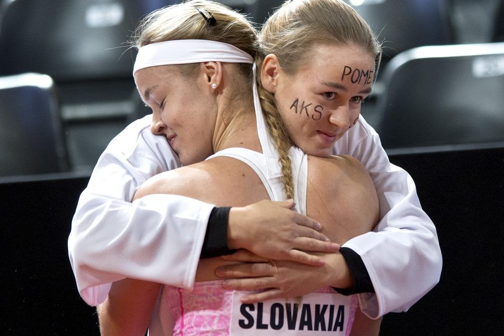 Anna Karolína Schmiedlová sa teší so svojou sestrou Kristínou. Foto - TASR