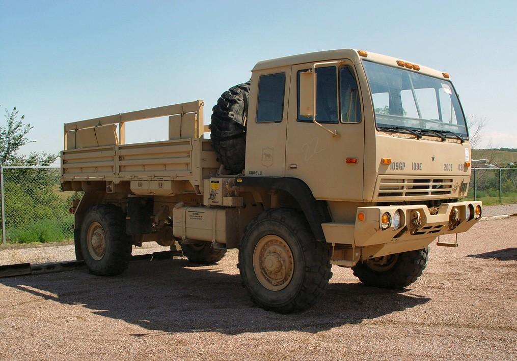 Američania si majú priviesť štyri až šesť svojich štandardných nákladných vozidiel LMTV, vyrábaných firmou Oshkosh. Foto - Military-today.com
