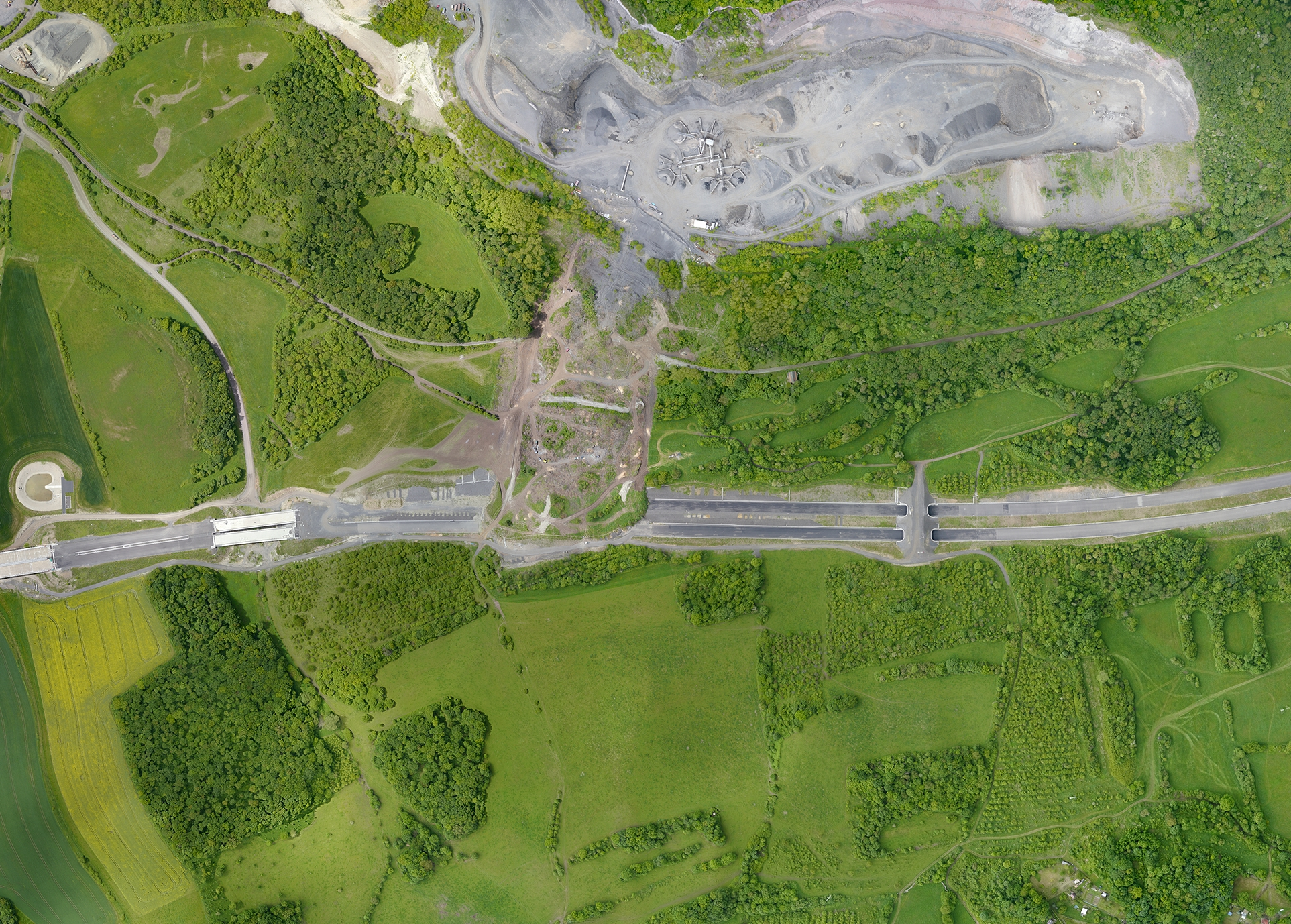 V júni 2013 sa utrhla podmáčaná pôda z lomu v Severných Čechách a zavalila nedokončenú diaľnicu D8 do Nemecku. Takto ju zachytil dron. Foto - J. Karas