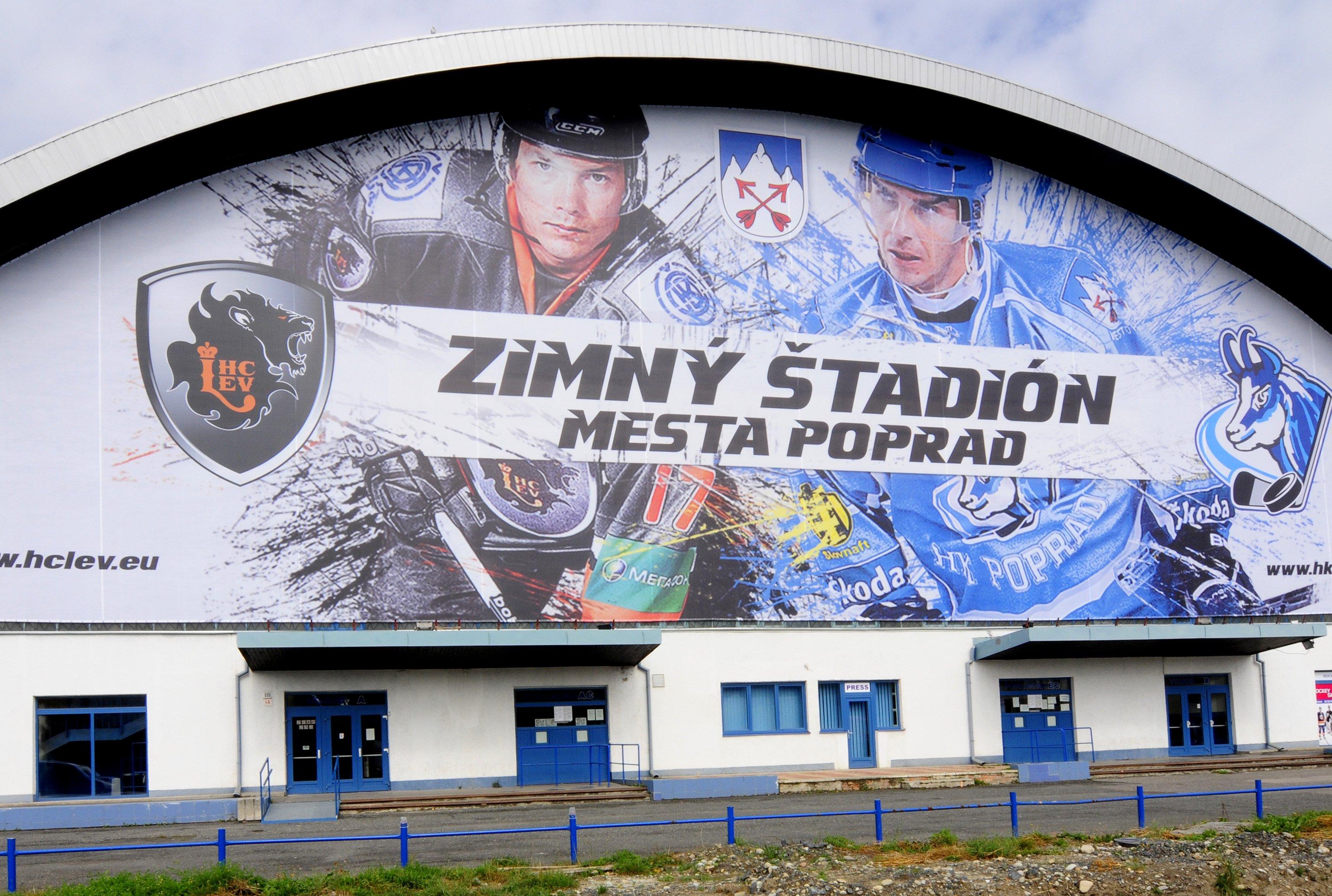 Zimný štadión v Poprade zažil jednu sezónu z KHL. Na obrázku vľavo je Ladislav Nagy, vpravo popradská hviezda Arne Kroták. Foto - TASR