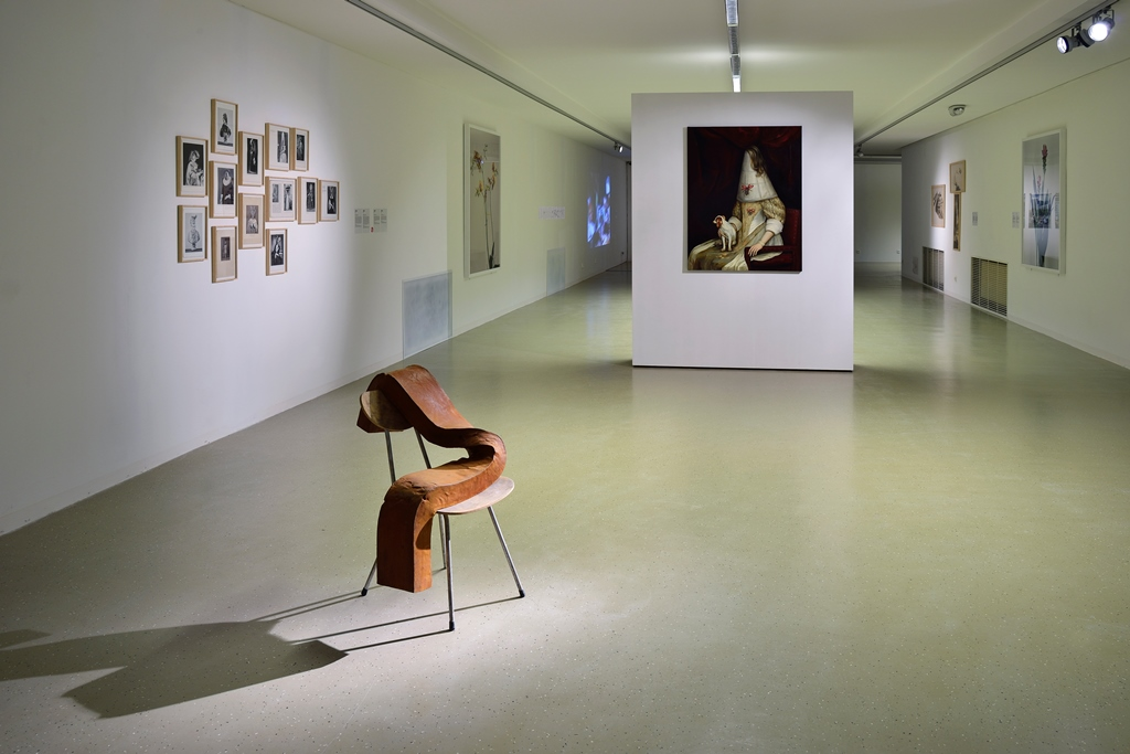 Pohľad do výstavy, spredu dozadu – Olaf Brzeski: séria Sirôtky, 2014; Ewa Juszkiewicz: Bez názvu (séria koláží a olej na plátne), 2013. Foto: Martin Marenčin