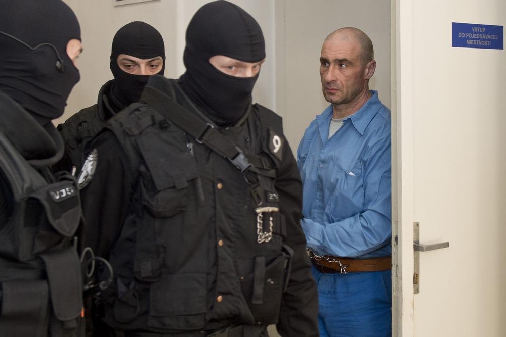 Obžalovaný Ľuboš F. odchádza z prerušeného  pojednávania. Foto - TASR
