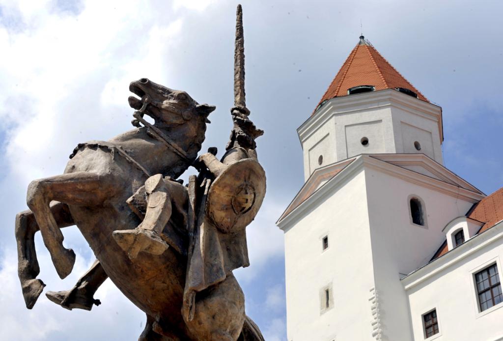 Kulichova socha Svätopluka na Bratislavskom hrade. Foto: TASR