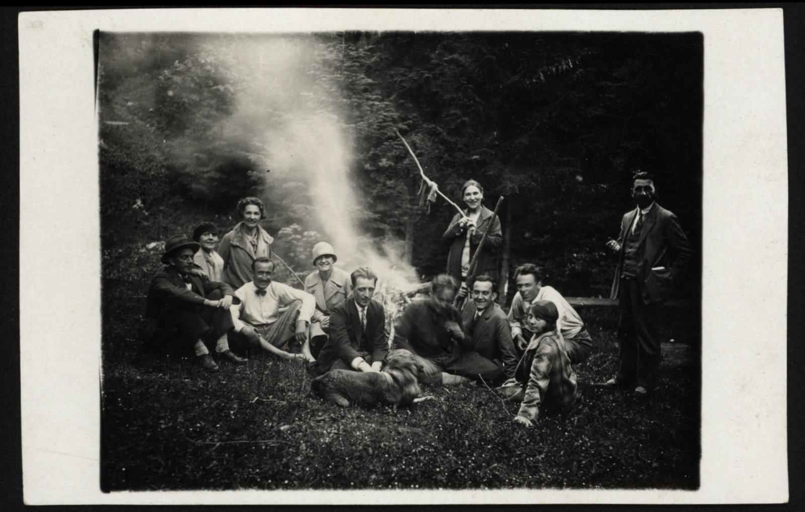 Členovia činoherného súboru na výlete pri Kremnici, 1927.
