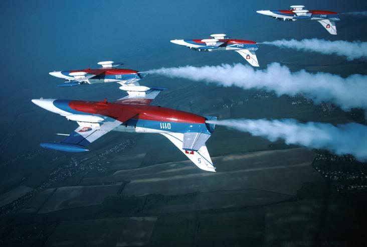Slávu cvičných lietadiel L-39 šírila do roku 2004 aj slovenská akrobatická skupina Biele albatrosy. Foto - Wikipedia