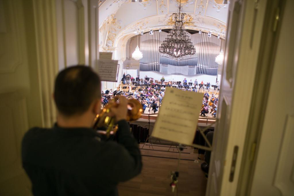 Centrálny mikrofón vie zosnímať aj skladby pri ktorých nie sú všetci hudobníci na pódiu