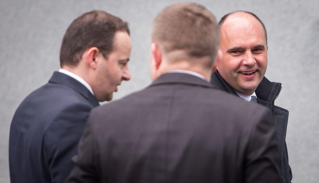 Jaroslav Strnad (vľavo) je vplyvný český zbrojár, ktorý okrem Tatry ovláda aj spoločnosť Excalibur Army. Od Ficovej vlády si v uplynulých rokoch prenajal opravárenské podniky Nováky a Trenčín. Foto N – Tomáš Benedikovič