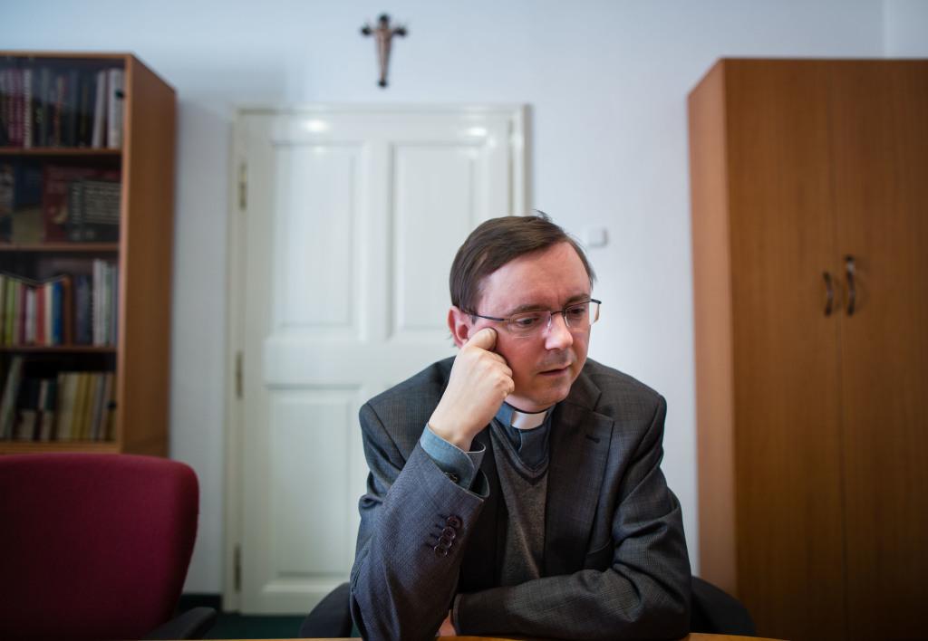 Výkonný sekretár Konferencie biskupov Slovenska (KBS) Anton Ziolkovský počas rozhovoru pre denník N. Foto N – Tomáš Benedikovič