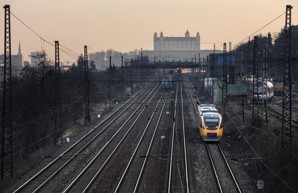 RegioJet začal na trase Komárno - Bratislava jazdiť súpravami od kanadského Bombardieru, neskôr pridal i nemecké vlaky Desiro. Foto N - Tomáš Benedikovič