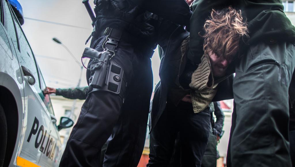 Policajti pri jednej z potýčok zadržali ľavicového aktivistu Roberta Mihályho. Foto N - Tomáš benedikovič