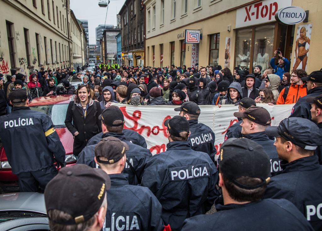 Antifašisti chceli blokovať pochod krajnej pravice, nakoniec polícia blokovala ich. Foto N - Tomáš Benedikovič
