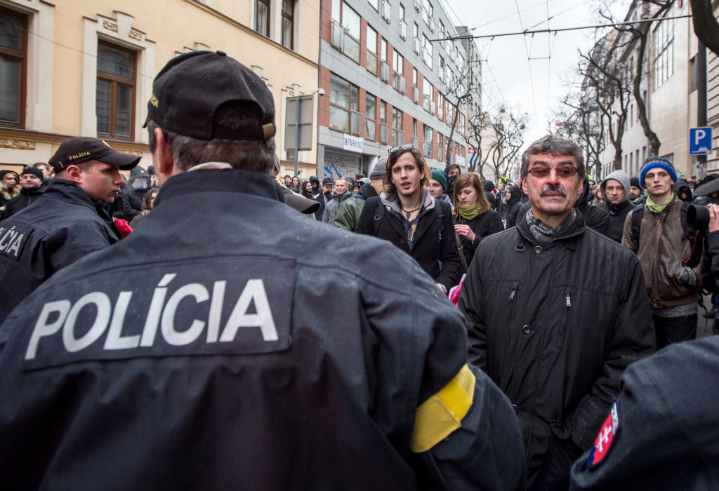 Blokády sa zúčastnil aj bývalý primátor Bratislavy Milan Ftáčnik. Foto N - Tomáš Benedikovič