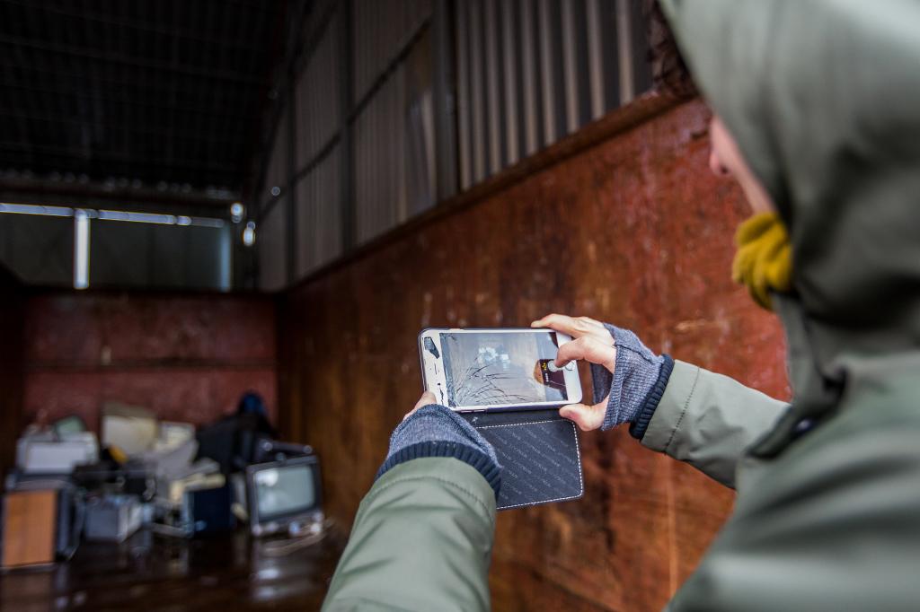"""Rozbitý Iphone Alice za nový nevymení, radšej si počká na """"fair"""" telefón, ktorý je šetrnejší k životnému prostrediu. Foto N - Matej Dugovič"""