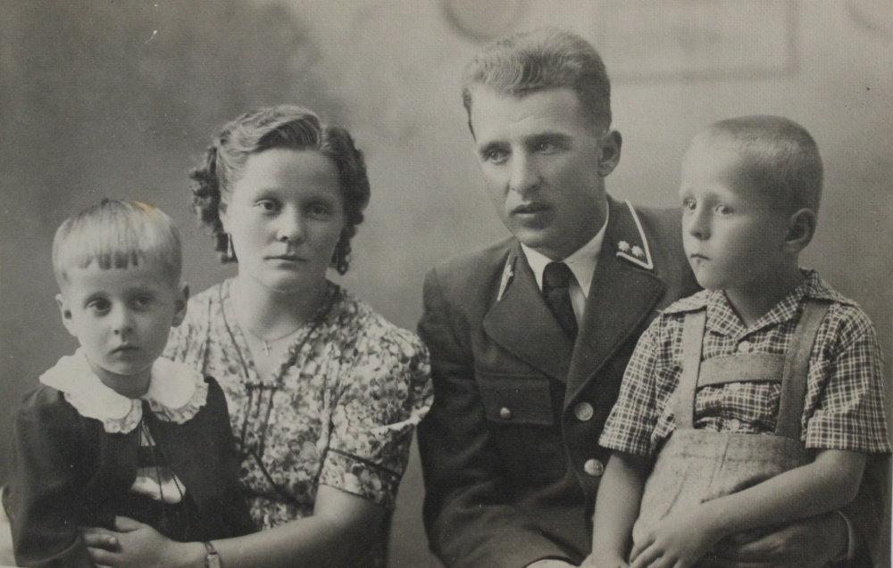 Michal a Anna Mihálikovci s dvoma staršími deťmi v 40 rokoch. Foto - Post Bellum
