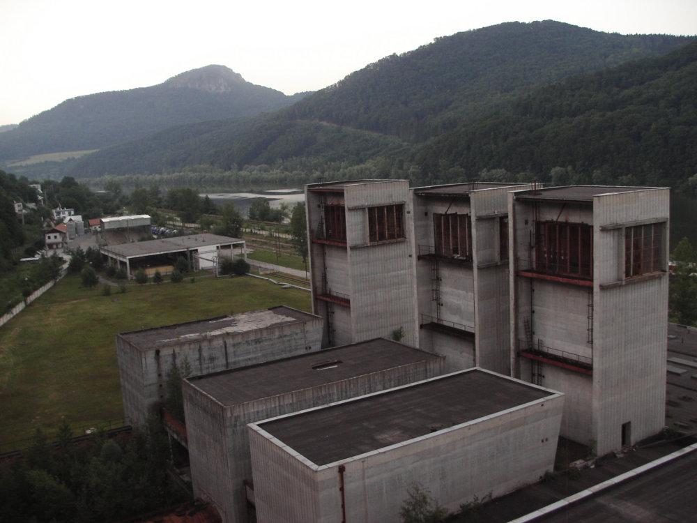 Motory DV-2 chceli vo veľkom vyrábať Považské strojárne. Opustené veže, kde mali prebiehať ich testy, poskytujú smutnú spomienku na tieto plány. Foto - Juraj Smatana