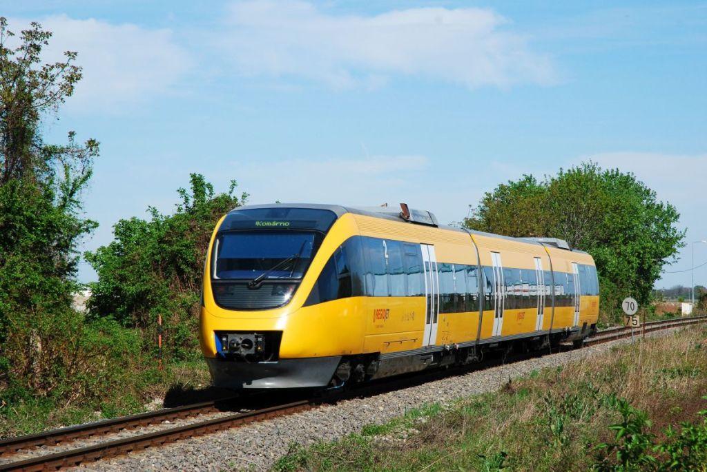 Najviac rušňovodičov RegioJetu jazdí na trase Komárno - Bratislava. Nasadzuje na nich prevažne motorové vlaky Talent, vyrábané firmou Bombardier. Foto - RegioJet
