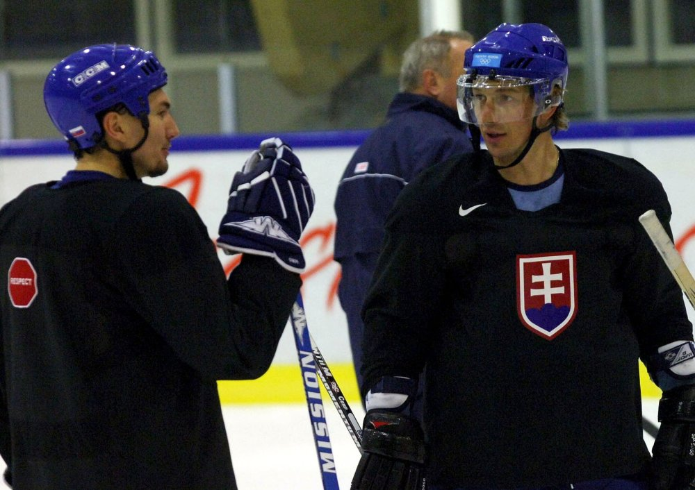 Miroslav Šatan (vľavo) a Peter Bondra pomáhali slovenskému hokeju nna ľade, teraz chcú aj mimo ľadu. FOTO - TASR