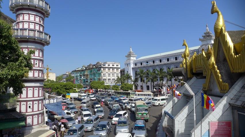 Rangúnske ulice sú plné áut. Väčšina zo šoférov úplne ignoruje chodcov. FOTO - AUTORKA