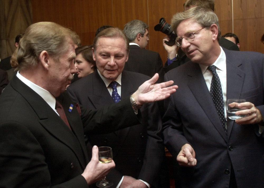 Martin Porubjak (vpravo), slovenský prezident Rudolf Schuster a český prezident Václav Havel (vľavo) boli počas Havlovej návštevy v januári 2003 na predstavení Tančiareň. Foto - TASR