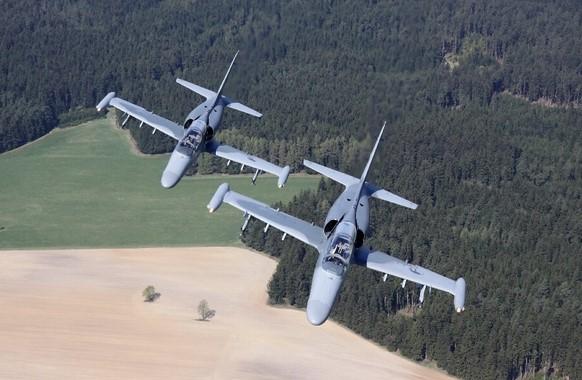 L-159 ALCA (Advanced Light Combat Aircraft) sú jednomiestne podzvukové lietadlá. Dosahujú maximálnu rýchlosť 936 km/h. Vyzbroj môže tvoriť kanón, riadené strely vzduch - vzduch i rakety proti pozemným cieľom. Foto - Army.cz