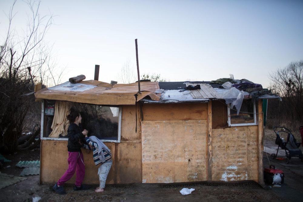 Mnohí zo zbúraných bytoviek si stavajú chatrče v osade Mašličkovo. Foto N - Vladimír Šimíček