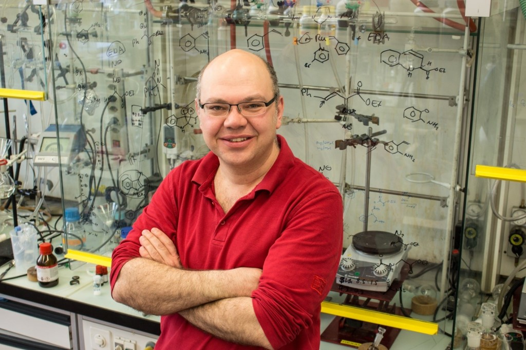 Marc Creus vedie vo svojom laboratóriu výskum vzniku bakteriálnej rezistencie. FOTO - Sascha Keller